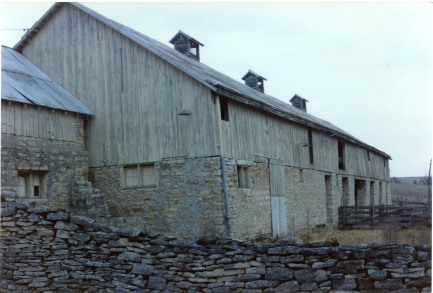 This view of the Peter Thoes barn was taken in the early 1980s before the far end of the barn suffered a collapse and was removed. Photo by Greg Hoots.